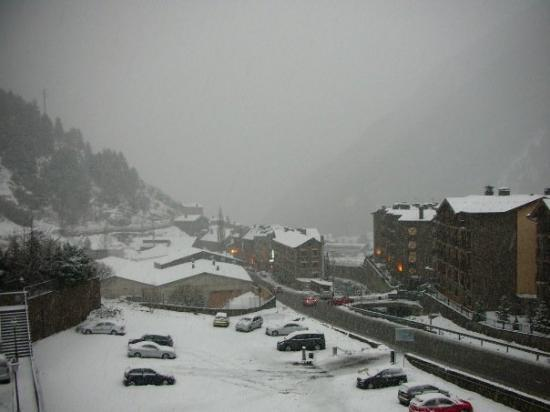 Arinsal, อันดอร์รา: The view from our balcony. Let it snow, let it snow, let it snow!