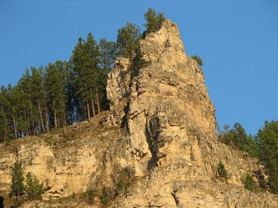 เดดวูด, เซาท์ดาโคตา: Lots of rocky cliffs as you enter Deadwood, in the Black Hills and gold filled streams of South