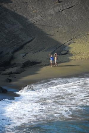 Naalehu, Havai: Green Sand Beach on the Big Island after a 9 mile hike.....yes it's really GREEN