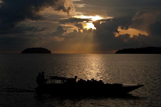 Shangri-La's Tanjung Aru Resort & Spa: Fishing Boat Returning at Sunset