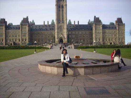Frente al edificio central del Parlamento Ottawa