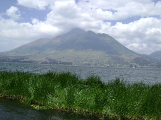 Cotacachi est un volcan situé au nord de Quito et culminant à 4'944 m. Sa dernière éruption data