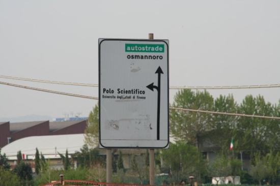 Sesto Fiorentino, Italia: 看到路標沒?上面寫 Polo Scientifico,那就是翡冷翠大學理學院所在地啦