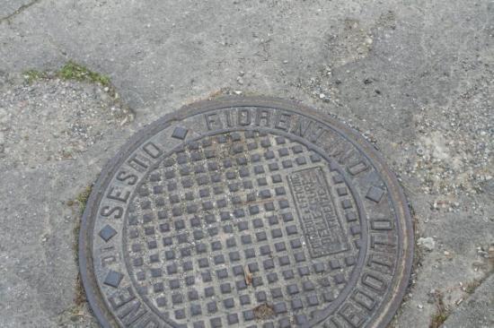 "Сесто-Фиорентино, Италия: 地上的水溝蓋寫著 ""Sesto Fiorentino"",這就是我所在的小城市,一個離 Firenze 六哩的地方"