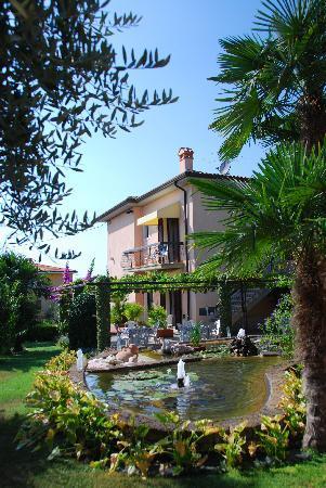 Hotel Villa Olivo: The beautifully maintained gardens