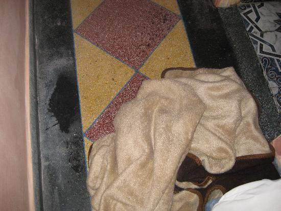 Hotel Volubilis: Suelo de las goteras