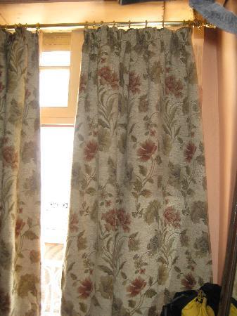 Hotel Volubilis : Cortinas orteras y sin cambiar desde hace 15 años...
