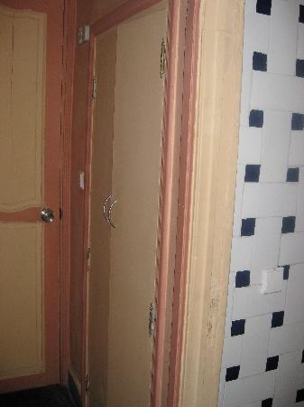 Hotel Volubilis: Más decoración cutre... entrada, armario y lavabo...