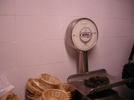 Agriturismo Bartoli: Weighing Truffles