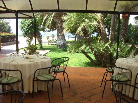 Terrasini, Włochy: Restaurant vue de la terrase extérieure