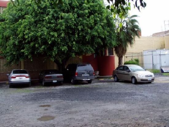 Arboledas Industrial: back yard with parking