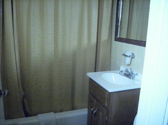 Marlane Motel: Standard Bathroom