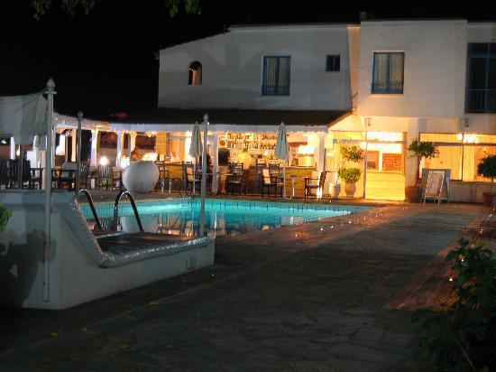 Tasmaria Hotel Apts: pool & beds