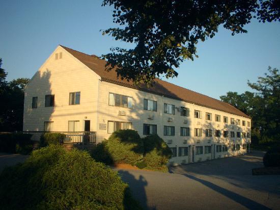 Admiralty Inn and Suites: 外観。町の中心からは離れます