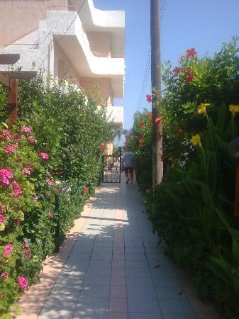Sofi Beach Studios Hotel: Lovely walkway to Sofi Beach Studios from road