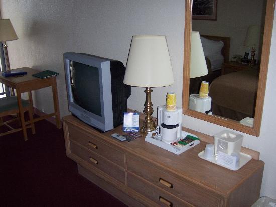 Quality Inn & Suites : Room 206, coffee/tea maker in room
