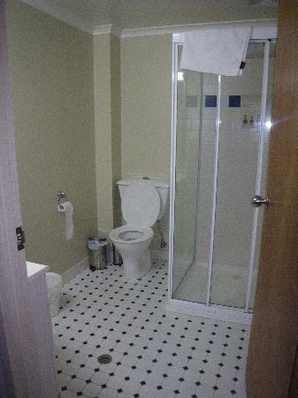 River Inn Resort: Clean and adequate bathroom