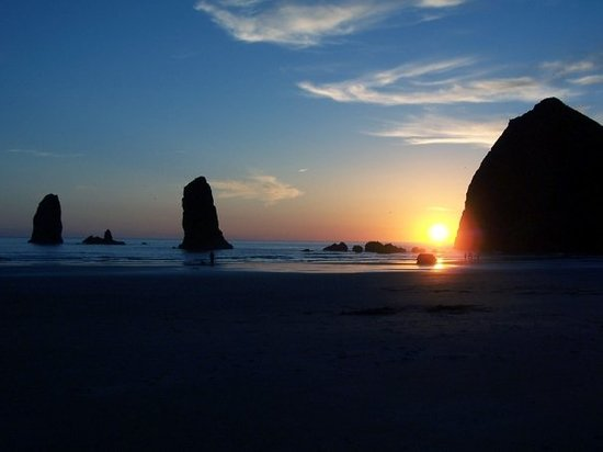 "Кэннон-Бич, Орегон: Haystack Rock Sunset at Cannon Beach ,(Yes, Cannon Beach is the location of ""The Goonies"")"