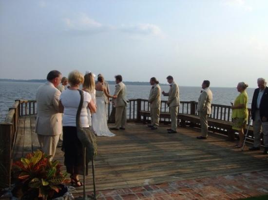 Saint Simons Island, จอร์เจีย: My Aunt Sandy and Uncle David at the end with Nicole and Dustin about to get married