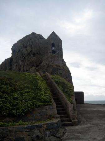 St. Helier, UK: Little rock hut at the back of the castle on the sea side.  might have been a guard shack but th
