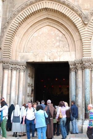โบสถ์แห่งสุสานศักดิ์สิทธิ์: Entrance to the Church of the Holy Sepulchre - regarded by Christians as one of their holiest si
