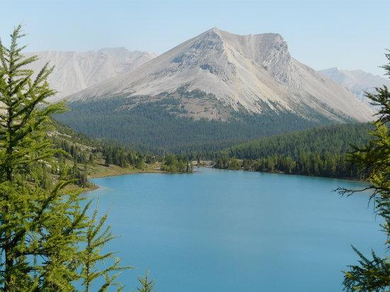 Skoki Lodge: Lower Skoki Lake & Skoki Mtn