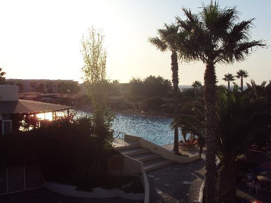 Eurovillage Achilleas Hotel: la piscina vista dal ristorante a tema
