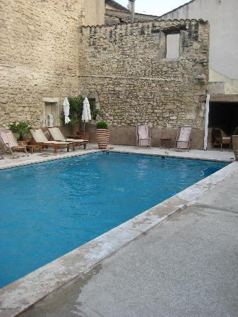 Hotel Gounod: Ahhh, the pool.  So quiet and so nice.