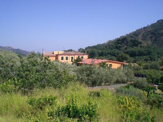 Casale Romano: Linkergedeelte het huis en appartementjes, rechts de hotelkamers