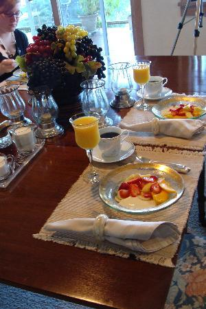 Highland Inn of San Juan Island: breakfast in the dining room