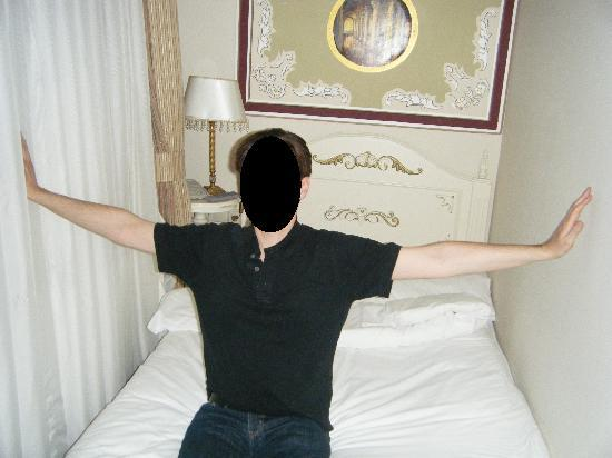 Asmali Hotel: Chambre et Lit minuscules pour 2