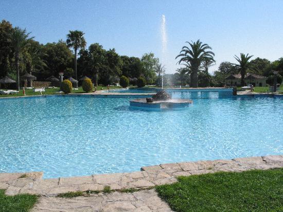 La Bobadilla, a Royal Hideaway Hotel: プールからロビー棟を