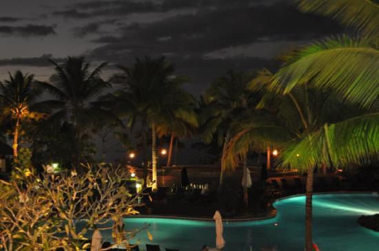 Sofitel Fiji Resort & Spa: Piscina por la noche