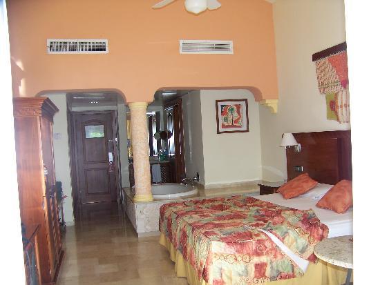 Grand Palladium Palace Resort Spa & Casino: Très Belle chambre avec bain tourbillon