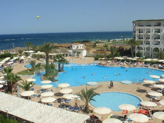El Mouradi Palm Marina: la piscina del hotel vista desde la habitaciòn
