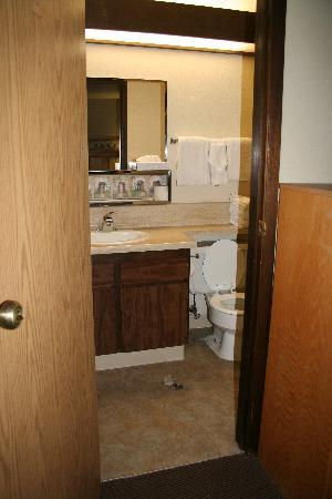 Foster's Bryce Canyon Motel : Hole in bathroom floor