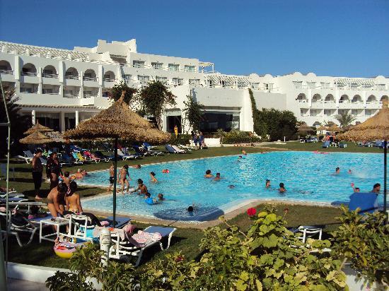 SENTIDO Le Sultan: vue piscine et arrière de l'hôtel