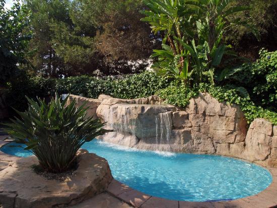 Cosmopolitan: Waterfall corner at swimming pool