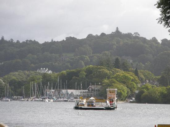 Beechmount Country House: The car ferry which brings you across from Windermere