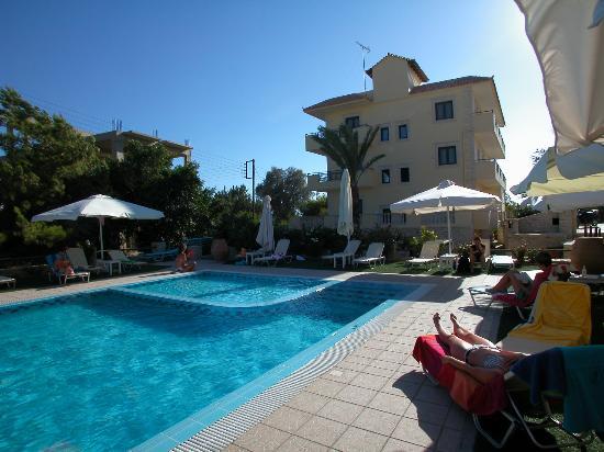 Hotel Philharmonie: Blick von Poolbar zum Hotel