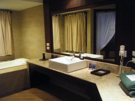 Novotel Samui Resort Chaweng Beach Kandaburi : the bathroom