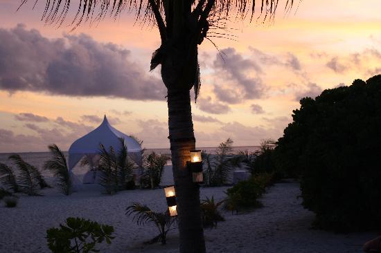 คุรีดุ ไอแลนด์ รีสอร์ท แอนด์ สปา: Fab sunsets.