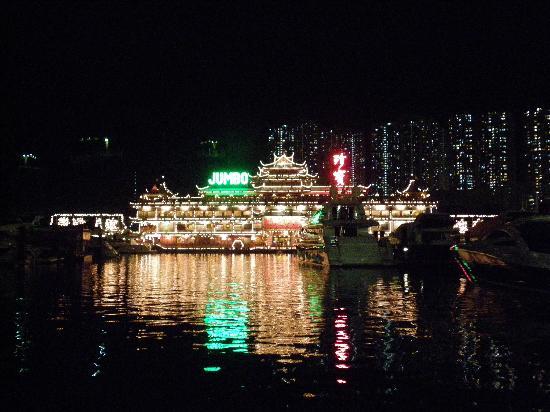 Jumbo Kingdom Floating Restaurant: 幻想的な外観