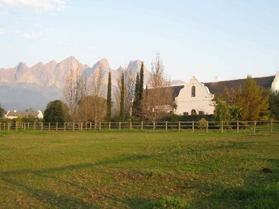 Dunstone Country House: Very traditional Cape Dutch Style, stunning mountains