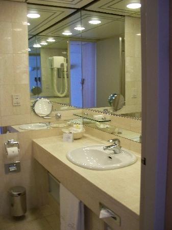 Hotel Okura Amsterdam : The bathroom