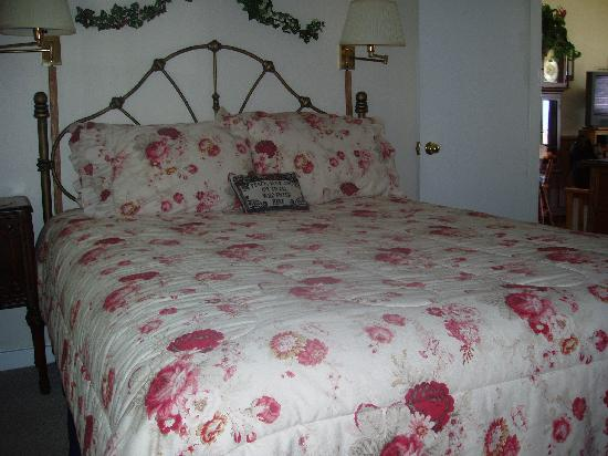 Trollers Lodge: Plush comfy bed.  Homemade quilt