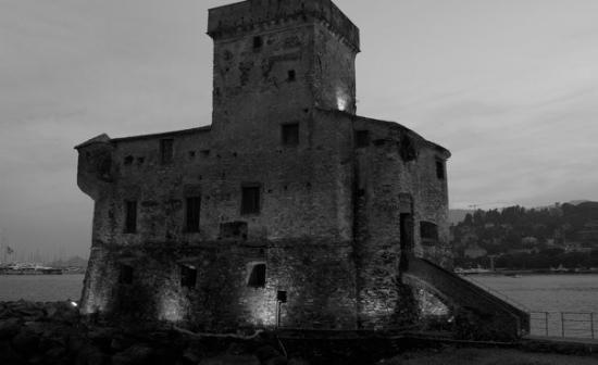 il castello medioevale di Rapallo alla notte copy