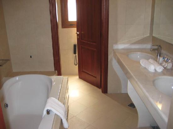 Regina Dell Acqua Resort: Suite: Bathroom (bathtub with jacuzzi)