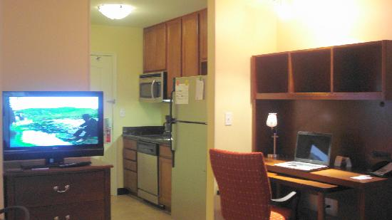 TownePlace Suites Odessa: Big Screen TV and Nice fully stocked Kitchen
