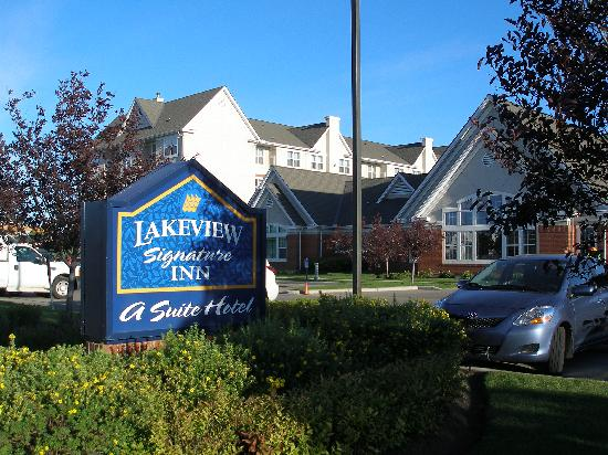 Lakeview Signature Inn Calgary Airport: Hotel front